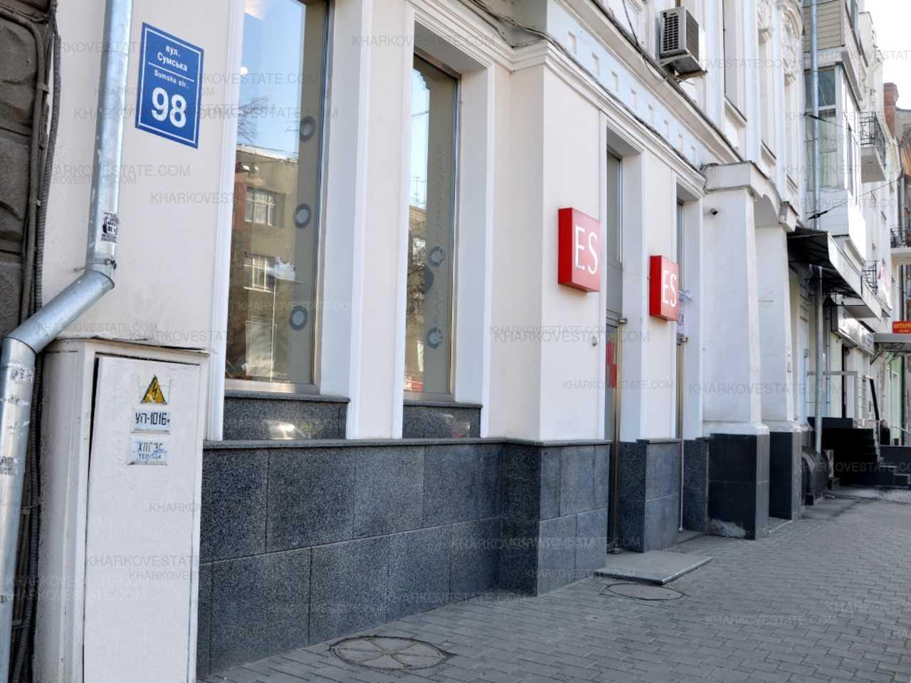 На ул. Сумской неизвестные второй раз повреждают витрины бутиков