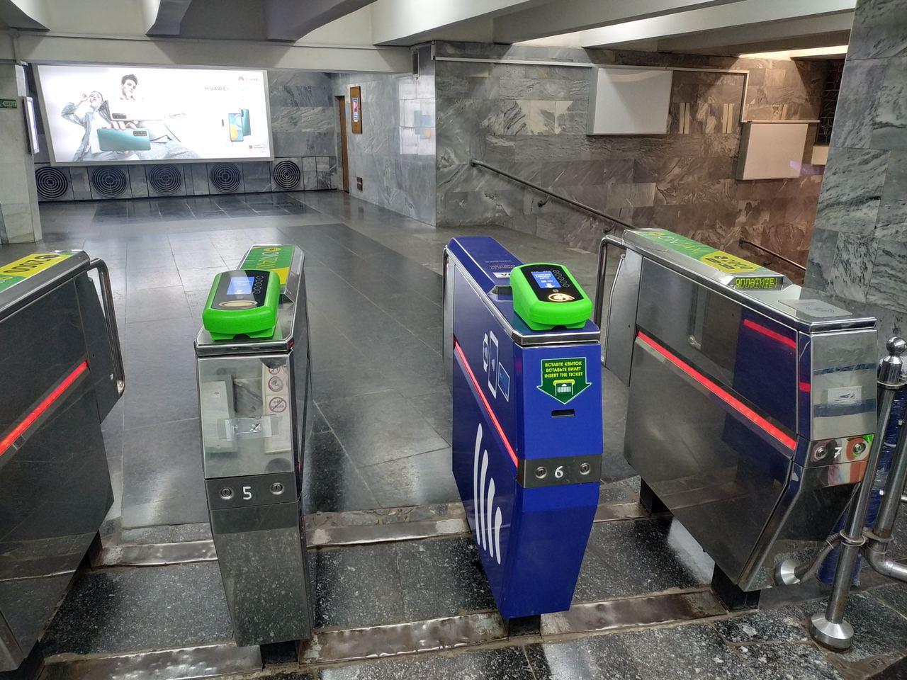 Стала известна причина «бесплатного» пропуска по безналу в метро-по-8